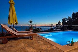 Ferienhaus mit Pool und Spielplatz