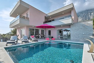 Villa Astra mit beheiztem Pool
