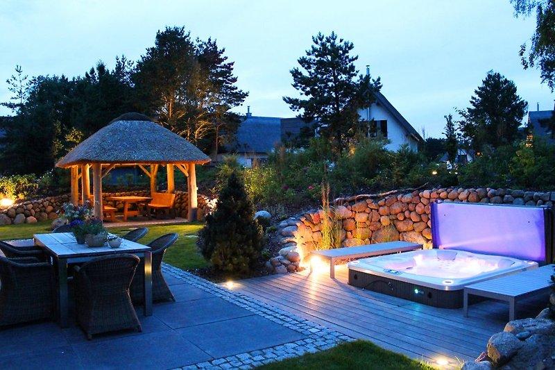 Terrasse und Pavillon ...abends mit Ambiente-Beleuchtung