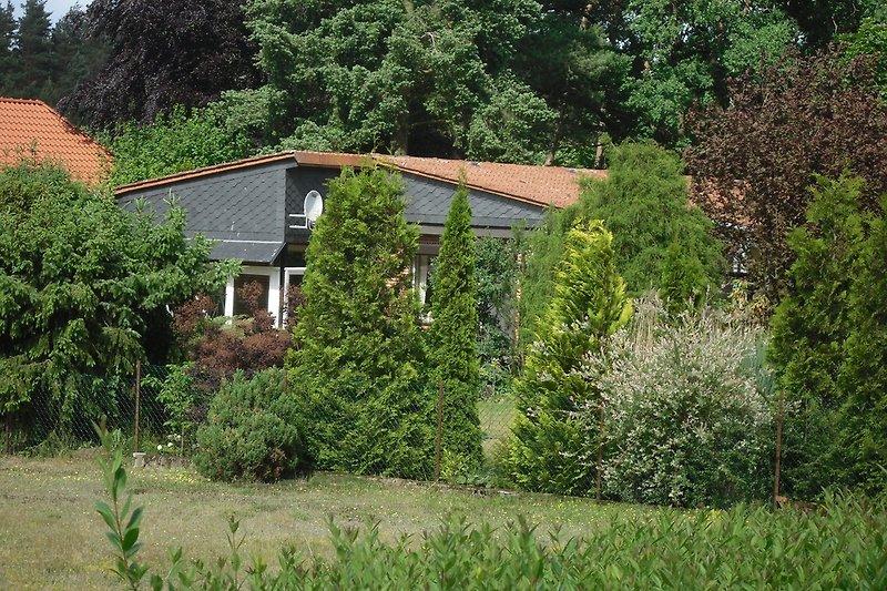 Das Ferienhaus Im Garten eingebettet.