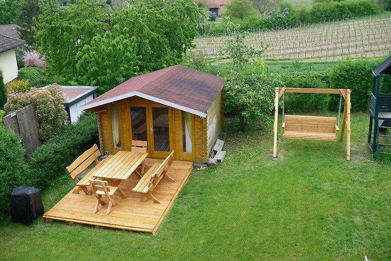 Gartenhaus mit Sitzmöglichkeit im Freien