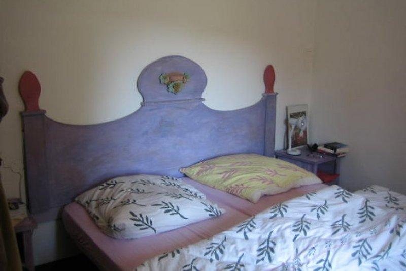 Großes Schlafzimmer mit Doppelbett.