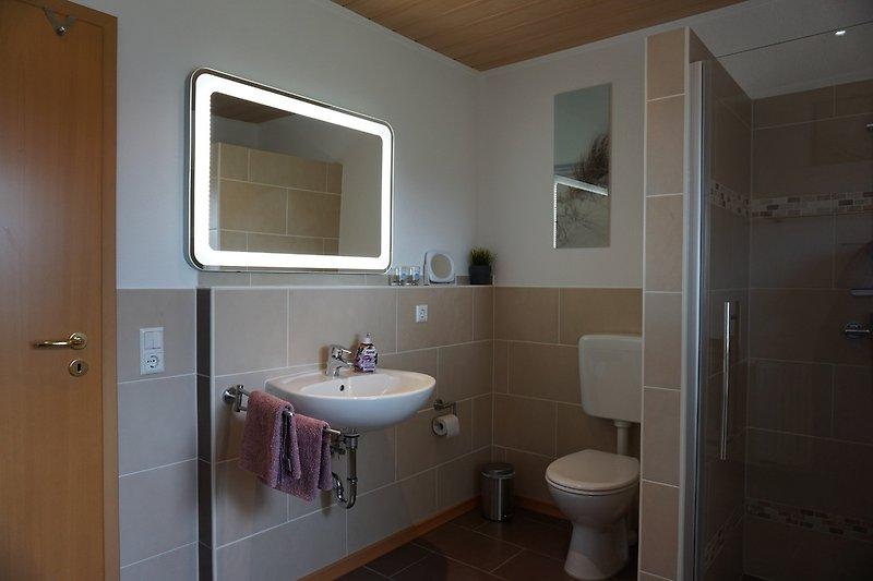 Duschbad mit bodengleicher Dusche und LED Spiegel