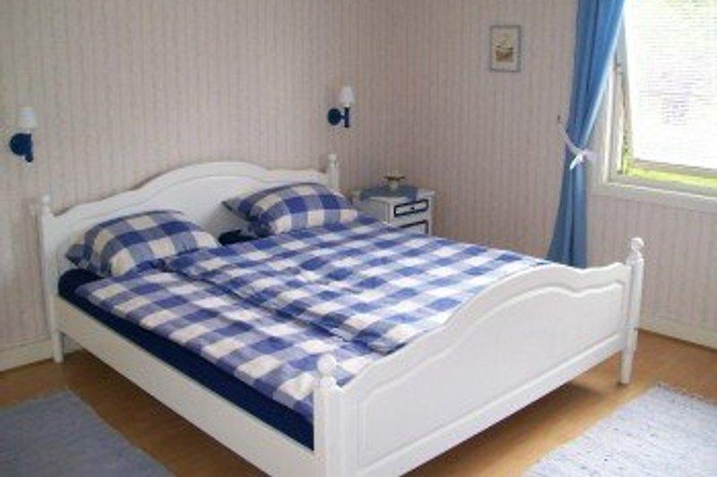 2. Schlafzimmer in der ersten Etage mit einem Doppelbett und begehbaren Kleiderschrank