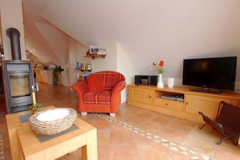 Wohnzimmer mit  Flachbildfernseher und Kaminofen