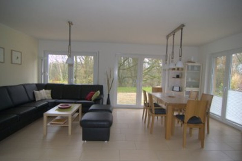 Wohnzimmer mit Esstisch, Blick auf die Terasse