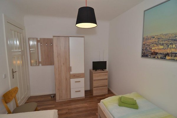 berlin 2 zimmer apartment im gr nen ferienwohnung in. Black Bedroom Furniture Sets. Home Design Ideas