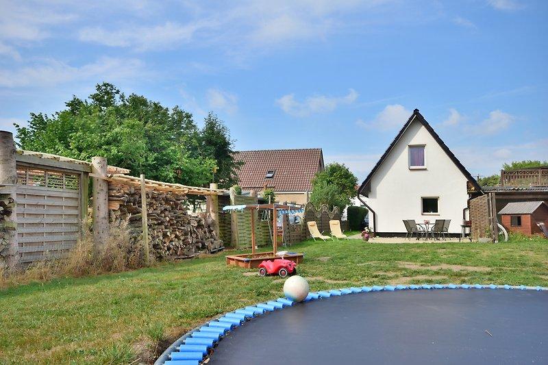 Garten mit Trampolin, Sandkasten, großer Wiese und Terrasse