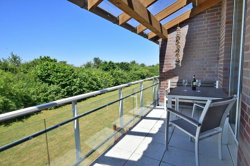 Überdachter Balkon mit Blick ins Grüne
