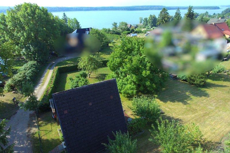 Blick über das Grundstück zum Schweriner See