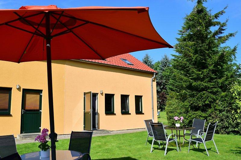 Hausansicht und Sitzbereich Ferienwohnungen Hofblick