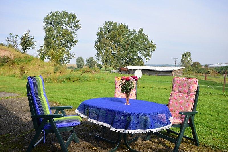 Sitzbereich mit Feld- und Pferdekoppelblick