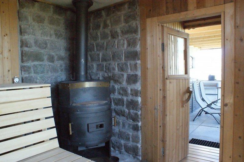 Sauna mit Holzkamin.