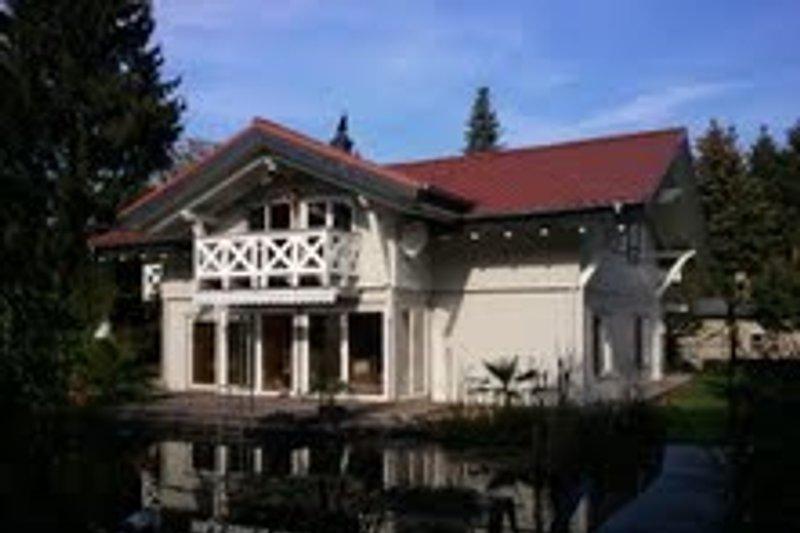 Südansicht mit Gartensee und Terrasse