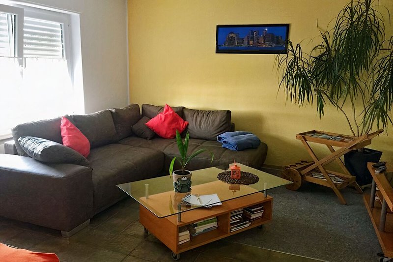 Wohnzimmer mit Schlafcouch und Zusatzbett