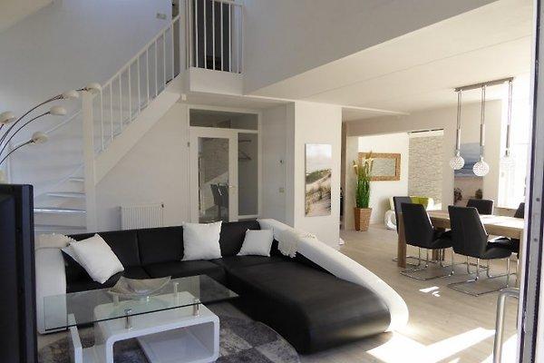 Wohnbereich mit Treppe ins Obergeschoss