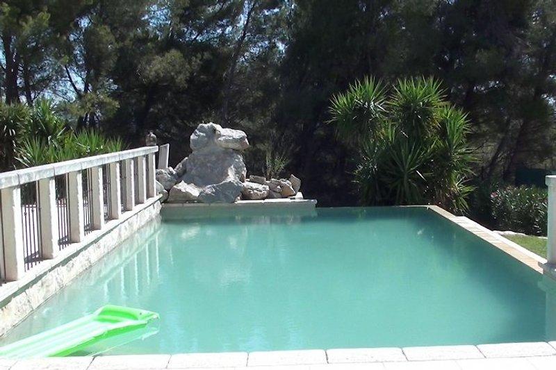 Der luxuriöse Meerwasserpool mit einer Grösse von 10 x 5 m und römischer Treppe bietet grösstes Badevergnügen für Jung und Alt.