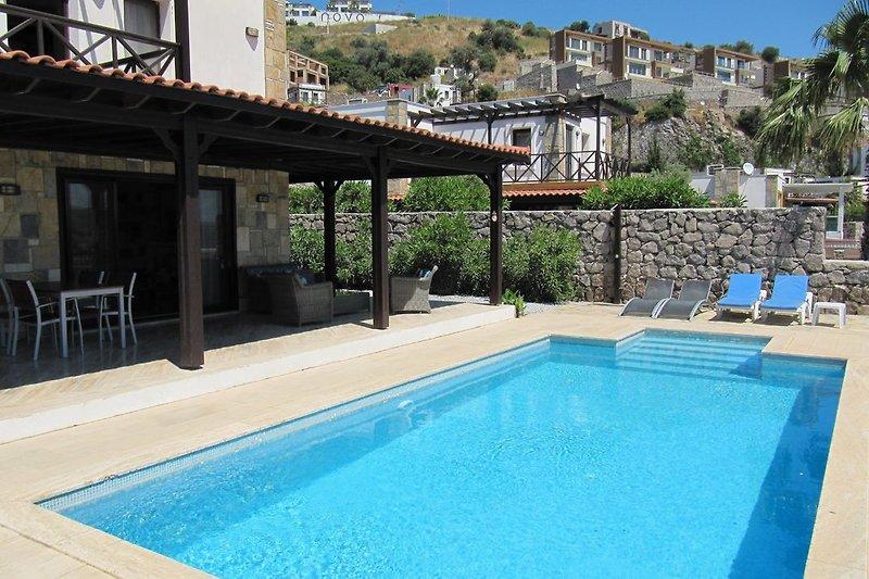 Privates Schwimmbad von 4x8, leicht erreichbar über eine Treppe