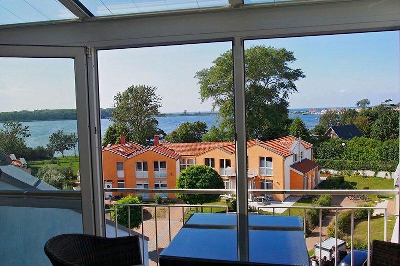 Blick aus dem Wohnzimmer auf Haff und Ostsee