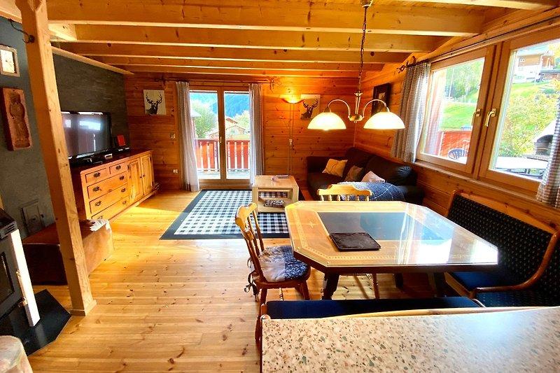 Geräumige Wohnstube mit Zugang zur Terrasse