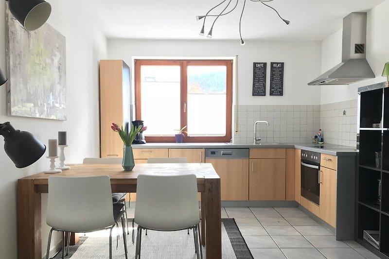 Helle und moderne Wohnküche