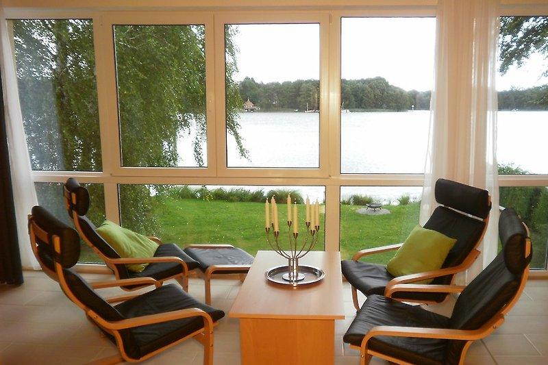 Wohnbereich mit Aussicht auf den See