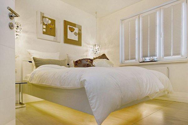 Ferienwohnung Zingst fewotraum Schlafzimmer I mit 180 x 200 Doppelbett und TV