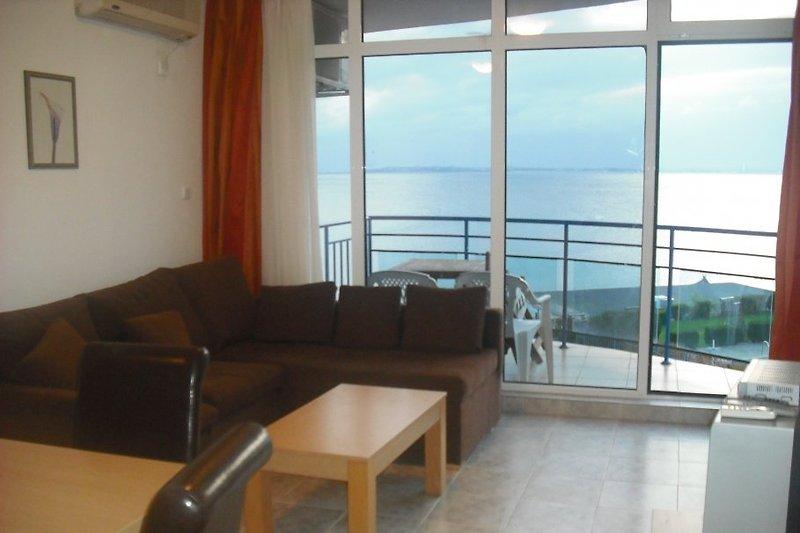 Wohnzimmer mit Einbauküche und Meerblick