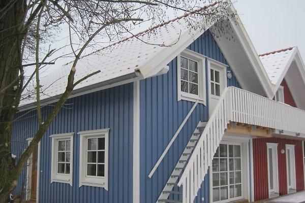 Die Ferienwohnung LARSSON befindet sich im Erdgeschoss des blauen Hauses