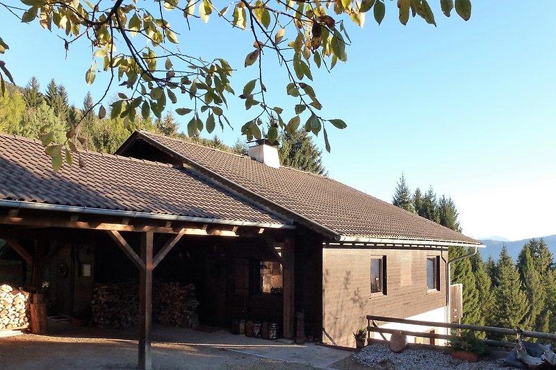Das Haus liegt auf 1200 m am Ende eines PrivatWeges + ist ganzjährig errreichbar