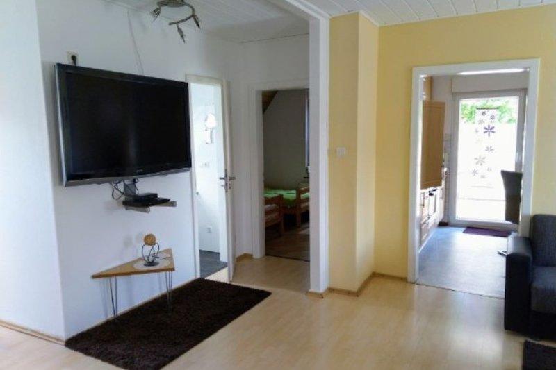 Wohnraum mit Blick zum Bad, Kinderzimmer und Küche
