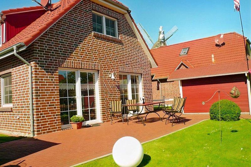 Die X X L Sonnenterrasse ist mit hochwertigen Gartenmöbeln, Strandkorb und Sonnenliegen ausgestattet.