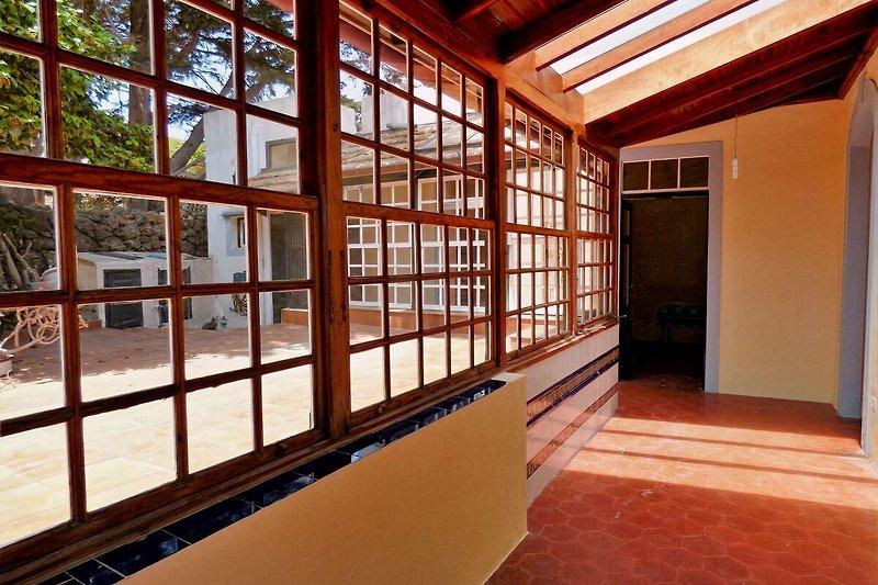 Flur mit Glasdach zur Terrasse