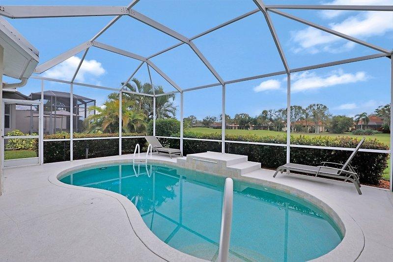 Privater Poolbereich mit Blick auf den Golfplatz