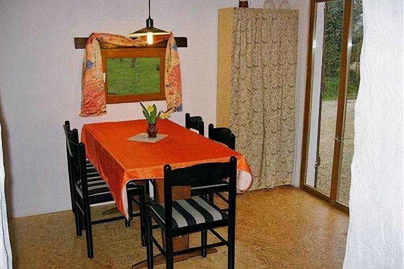 Esszimmer mit kleiner Küche