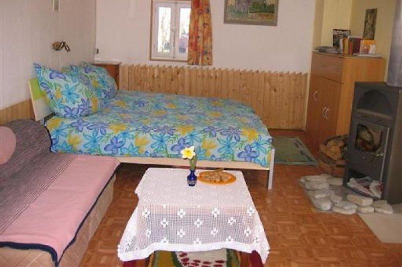 Schlafzimmer mit Ofen und TV