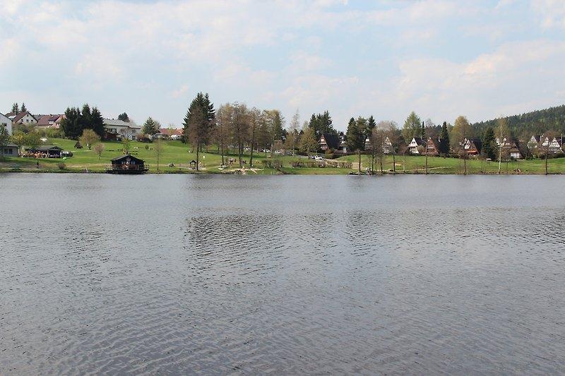 Nageler See mit Ferienhaussiedlung im Hintergrund