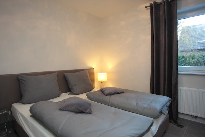 Gemütliches Schlafzimmer,eingebau-ter Wandsafe im Schrank