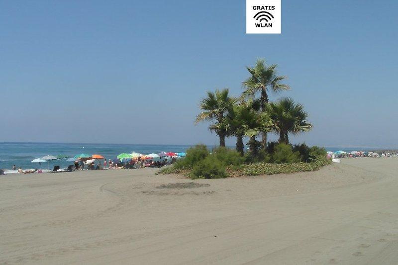 Strand Las Lindes in unmittelbarer Nähe vom Gebäude