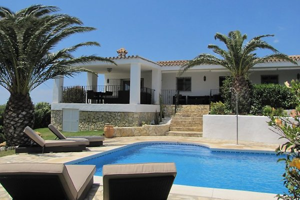 Die große Terrasse und der Poolbereich laden zum relaxen ein