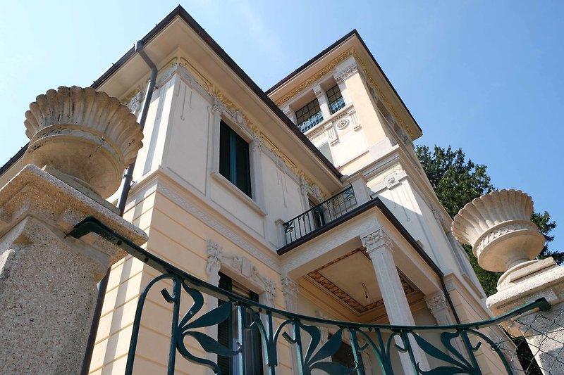 Renovierte Fassade der Villa Floreal