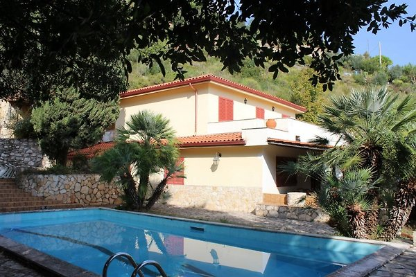 Blick auf die Villa un den Pool