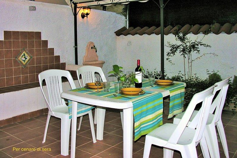 Private Terrasse mit Gartenmoebeln