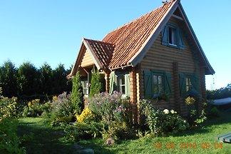 Das fuer Masuren typische, ganz aus Holz gefertigte Ferienhaus ist umzaeunt u. bietet auf ca. 400 qm Gartenflaeche eine wunderschoene Blumen- u. Rasenoase.