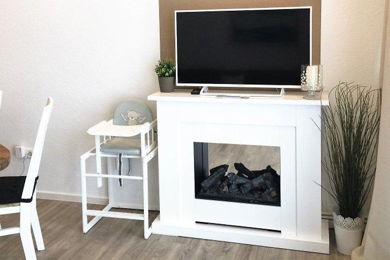 Fernseher und Kamin im Wohnzimmer MARIEHUS