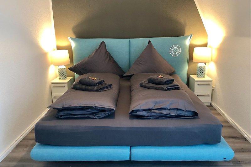 1. Schlafzimmer mit 180 cm Boxspringbett
