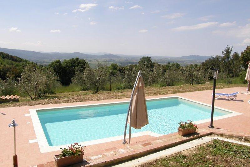 Gemeinsamer Swimmingpool mit dem Nachbarhaus 10 x 5 m x 1,40 m Tiefe mit Hydromassagebecken.