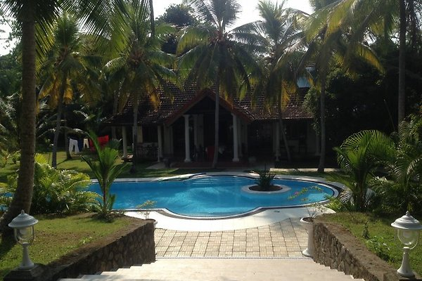 Pool mit Haupthaus