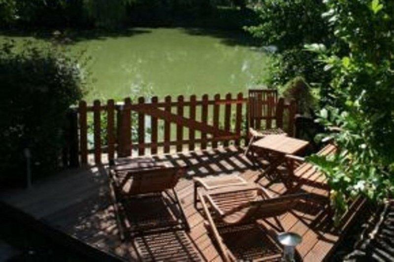 Terrasse am Teich grosses Haus