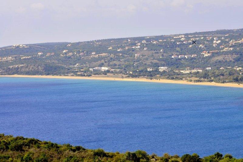 Blick auf Kamaria mit Strand. Wo das Kreuzchen ist liegt die Villa Pilias